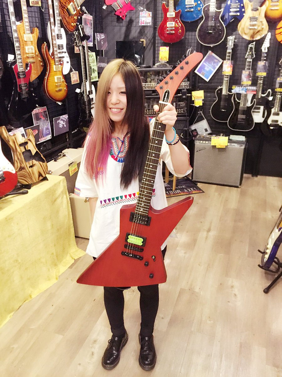 【夢みたい!泣】 な、なんと、ESPとエンドース契約させてもらいました!ESPファミリーに仲間入りさせてもらいます。来週には念願の自分のピックも出来上がります。泣 もっともっとかっこいいギター弾けるように精進します!新しいギター!! https://t.co/p4NmERf0yV