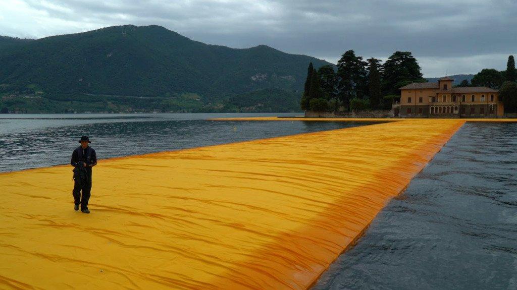 L 39 opera di christo sul lago d iseo in un video del new for Casetta sul lago catskills ny
