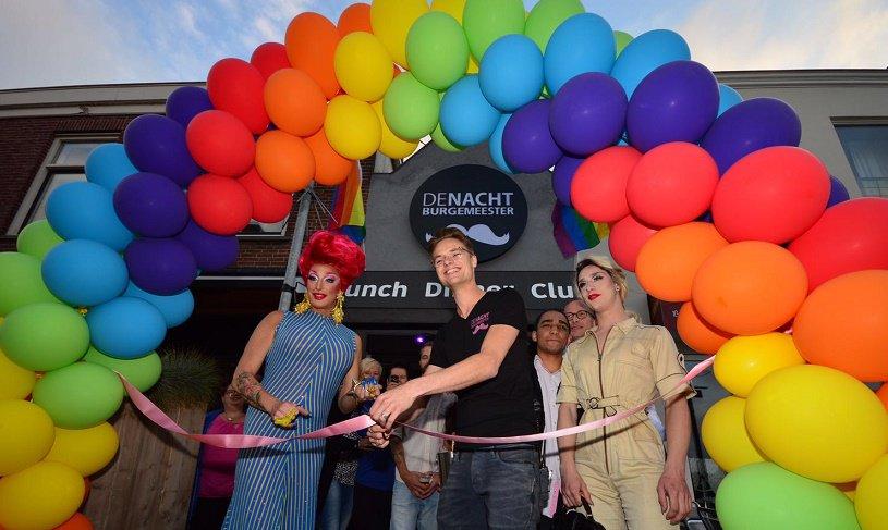 Aan het Wilhelminaplein in Naaldwijk is vanavond de eerste gaybar van het Westland geopend (foto Fred van der Ende): https://t.co/SnKkoNHVe4
