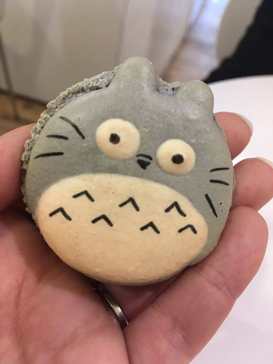 Stop everything --this is a Totoro macaron!!! https://t.co/kDrWZYBRof