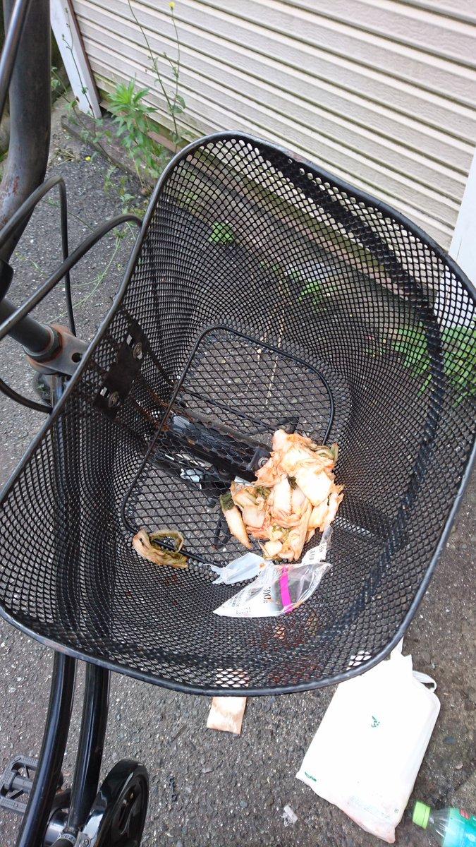 ど、どういうことなの…(´・ω・`) 自転車のカゴの中にキムチ投げ込まれてた…(´・ω・`)(´・ω・`) 僕昨日キムチ食ったけど、キムチ食ったらチャリカゴにキムチ入ってるとか聞いたことないよ(´;ω;`)? https://t.co/SDNrVpsbby