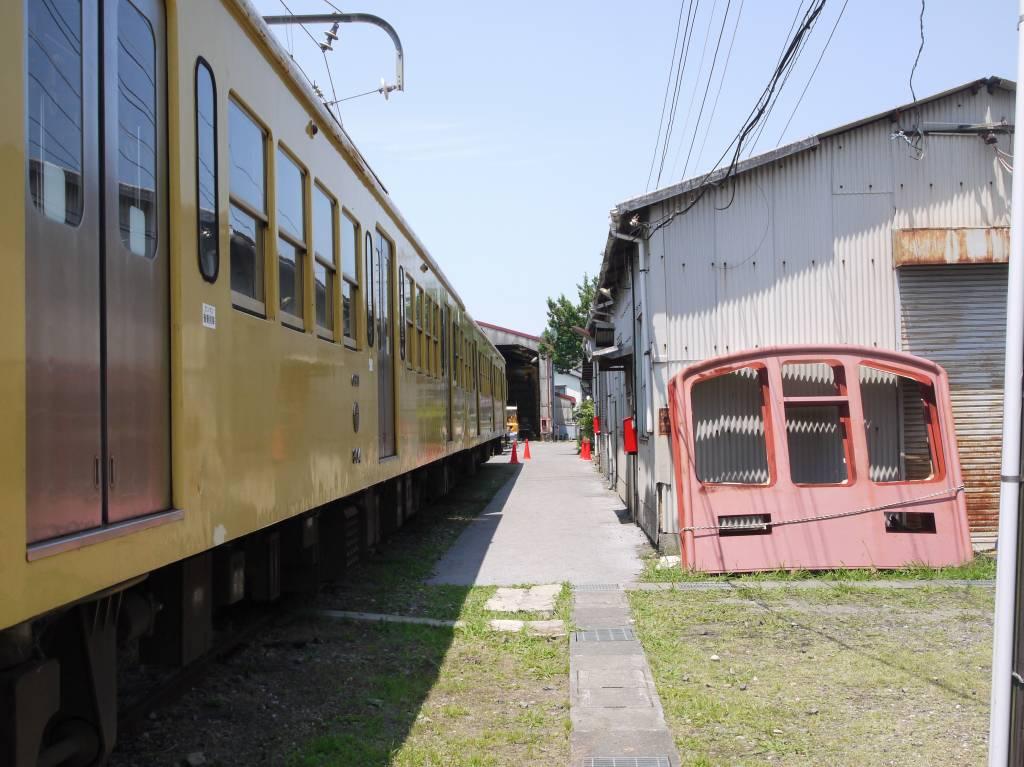 工場で電車の顔パーツをこんな置き方してるから近江鉄道は1/1GMキットって言われちゃうんですよ https://t.co/uTs86BEU7i