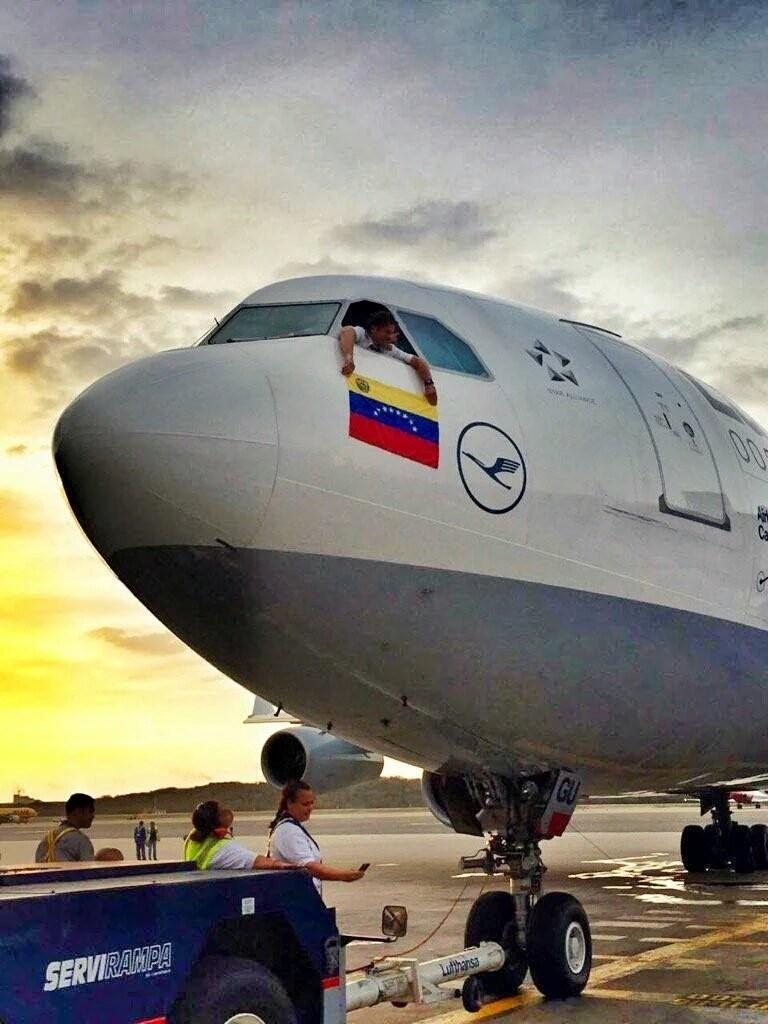 Ultimo vuelo de LUFTHANSA a Venezuela despues de 45 años...el capitan se despide  con un apoyo a nuestro pais.. https://t.co/kzudzHAWeB