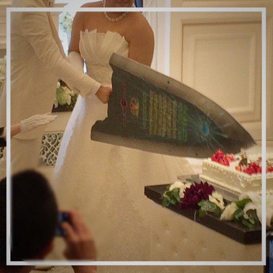友人の結婚式なう!モンハン夫婦ならではの大剣ケーキ入刀!  しかも掛け声が 司会「ひと狩り!」 参列者「いこうぜ!٩( 'ω' )و 」 https://t.co/RYrifD3Byl