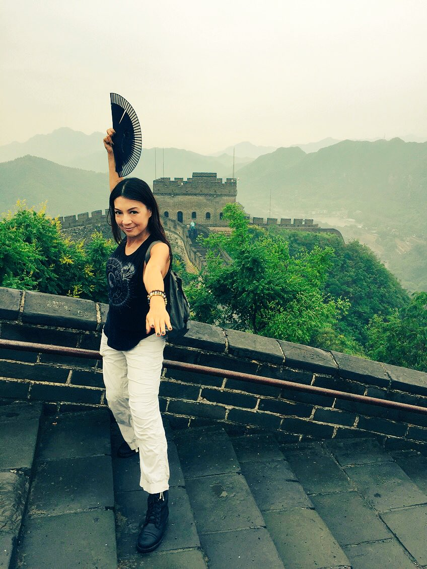 Remember when #Mulan fought ShangYu with her fan?  Reenacting it while on The Great Wall...cuz I'm a total dork.. https://t.co/sGhtffT0g1
