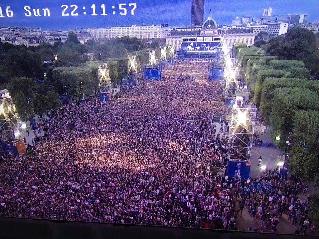 Vous êtes 90.000 ce soir @Paris !! Vous êtes beaux ! #Parisestmagique #FanZoneTourEiffel https://t.co/t7L05lE9Sq