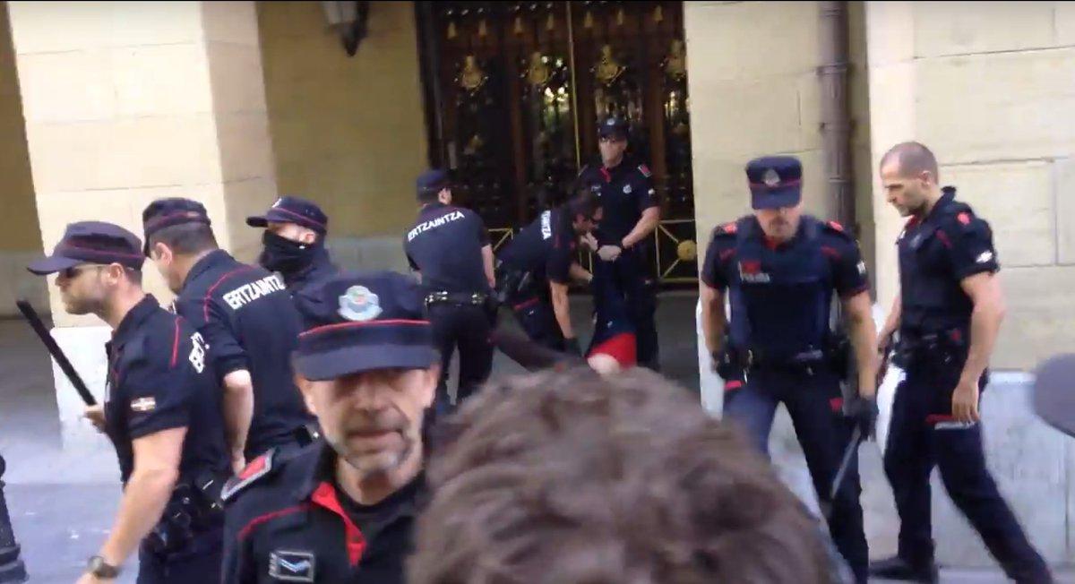 BIDEOA: Ertzaintza @GipuzkoaZutik-en aurka oldartu den unea https://t.co/XrbVM3xYTK https://t.co/iDMnOuV5jj