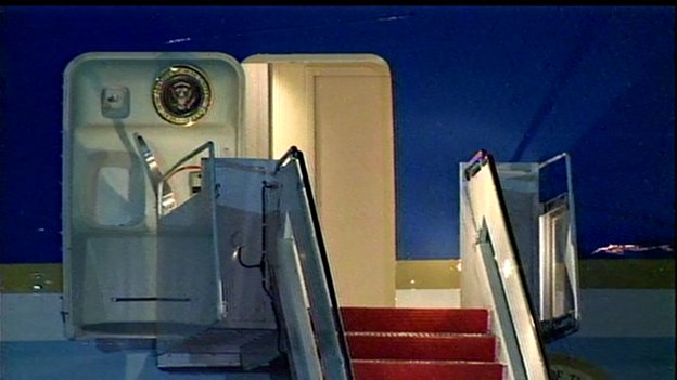 WH confirms Pres Obama stayed aboard Air Force One 10 mins after landing to watch end of the NBA Championship Game. https://t.co/Nq8MX9nZtn