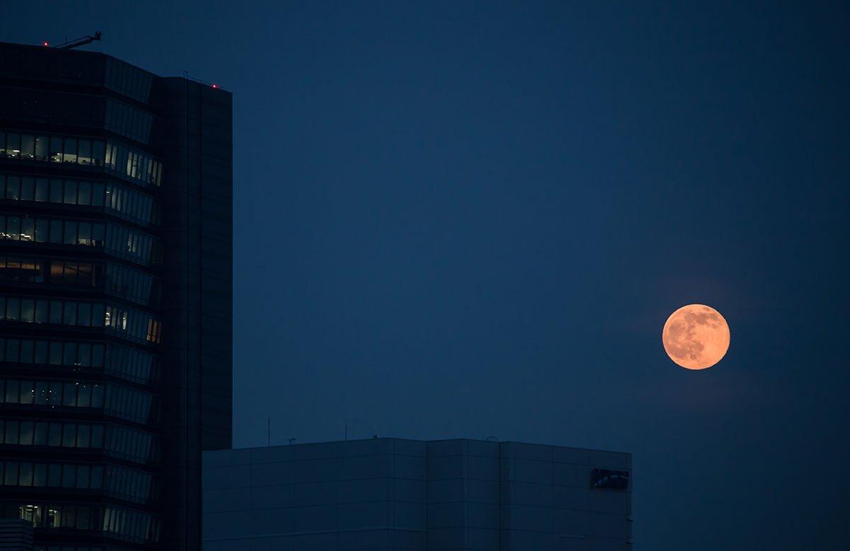 ちょっと曇ってたけど、しっかり昇ってきた今夜の満月。@東京 https://t.co/hsIoNYiUDZ