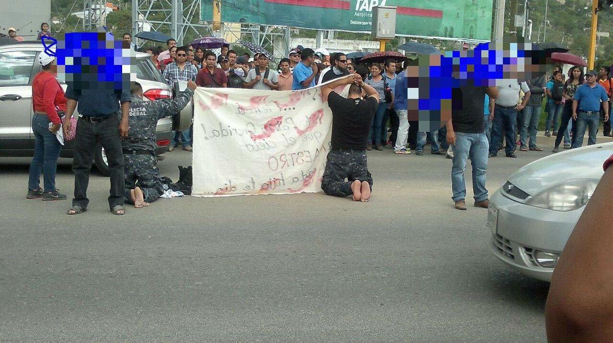 A 2 policías federales retenidos los obligó la #CNTE a hincarse y a quitarse los zapatos en plena vía de #Oaxaca https://t.co/bUbMwqQ4im