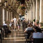 Poranna lub przedpołudniowa kawa, to tylko w takim miejscu! #Rynek #Krakow Miłego dnia!☕☀ fot. Bogusław Świerzowski https://t.co/eyWfNx8Uev