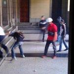 Me llega esta foto de como fue golpeado en El Rectorado un vigilante #ULA(camisa blanca) por grupo violentos https://t.co/BZT2EQOsm0