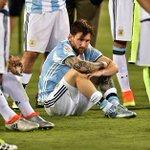 """""""Messi falla el penal y el equipo no lo pudo salvar. Messi siempre salva al equipo, ellos a él,nunca""""-Jorge Barraza- https://t.co/13kWfIidbs"""