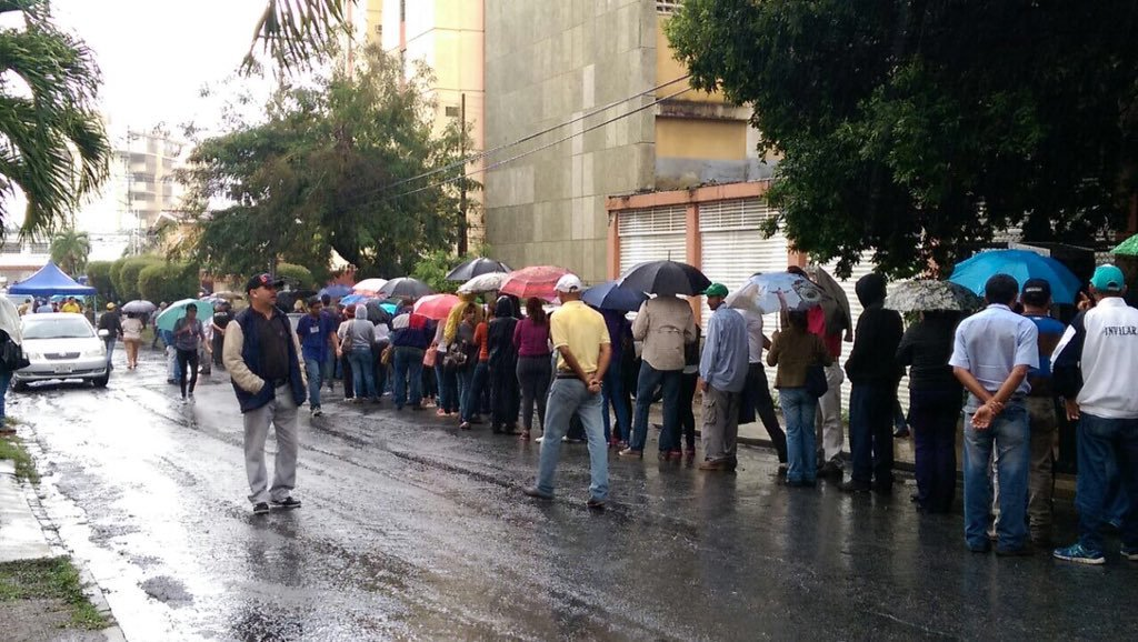 Fotos: Barquisimetanos desafiaron la lluvia y salieron a validar sufirma https://t.co/gX1ObQGmOZ https://t.co/fV6C7G6oEf