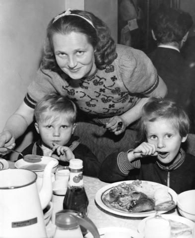 RT @VanArchives: Hungarian refugee family eat a meal, Immigration Bldg, @yvrairport 1956 WorldRefugeeDay https://t…