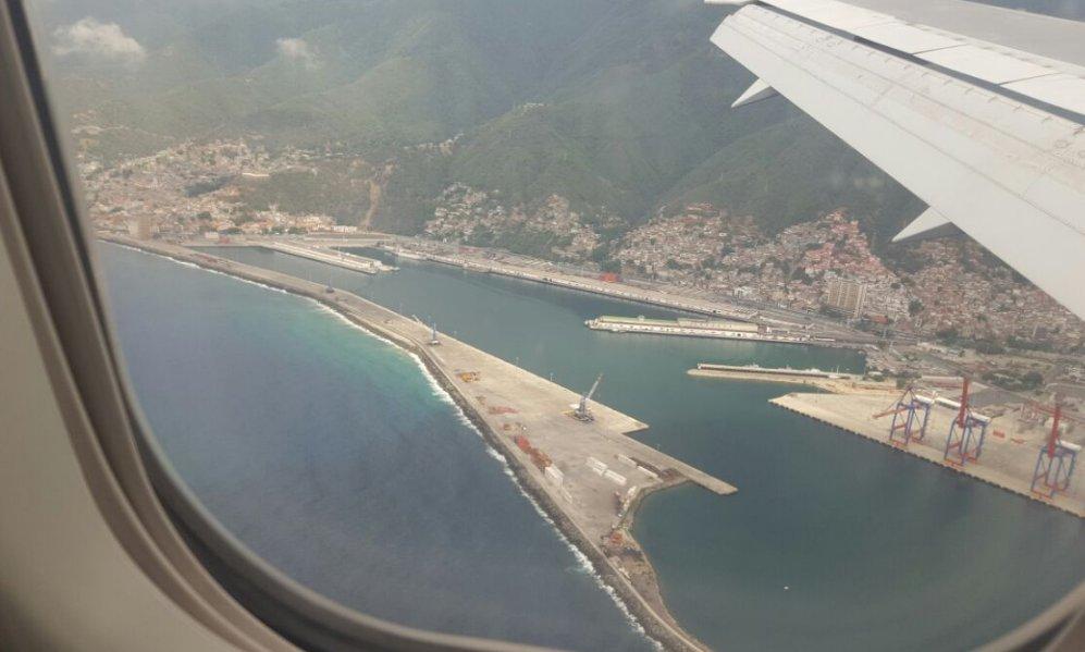 Foto demuestra como el Puerto de La Guaira está sin ningún barco por descargar Foto @vladimirpetit https://t.co/wRO0zUfU5O