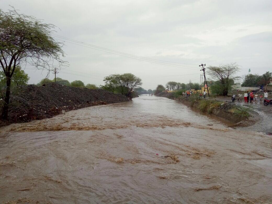 River Kaij in Beed overflows for first time in 15 yrs. All thanks to #JalYuktShivar initiative of @Dev_Fadnavis https://t.co/GNEb0Fi9Tj