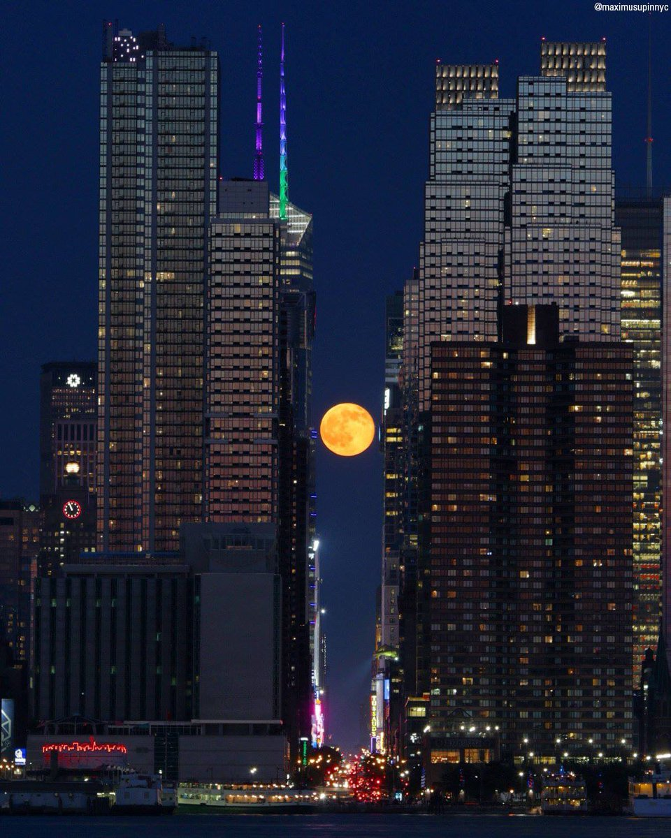 A photo of tonight's INCREDIBLE #strawberrymoon, as seen in NYC!  - @HunterAtHome https://t.co/10A9oPyemi