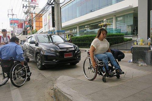 ไม่จำเป็นต้องมี #ป้ายเตือน #ป้ายห้าม สามัญสำนึกของคนข้บรถก็ไม่ควรจอดขวางทางลาดให้วีลแชร์นะ https://t.co/1EwRjr83RV