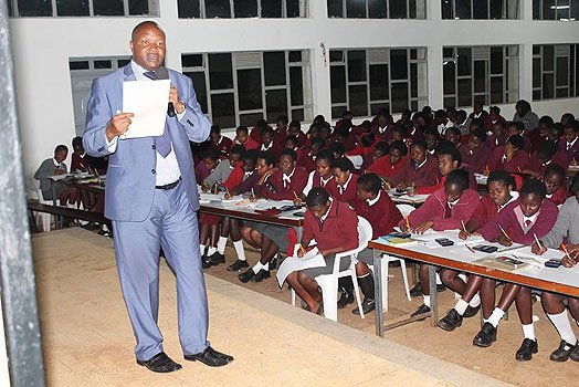 Governor casts aside status to teach a Chemistry class – PHOTOS