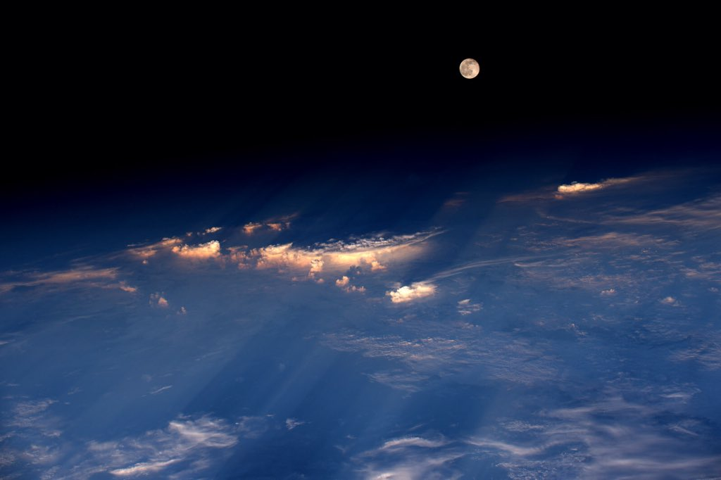 A spectacular rise of the full moon just before sunset while flying over western China. https://t.co/pNWqaV4zLf