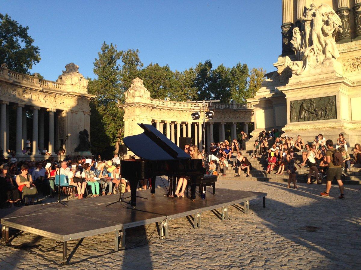 Maravillosa puesta de sol en @_ElRetiro y con la música en directo de #Mahler #LaMúsicaNosSalva https://t.co/23JPO3hpjA