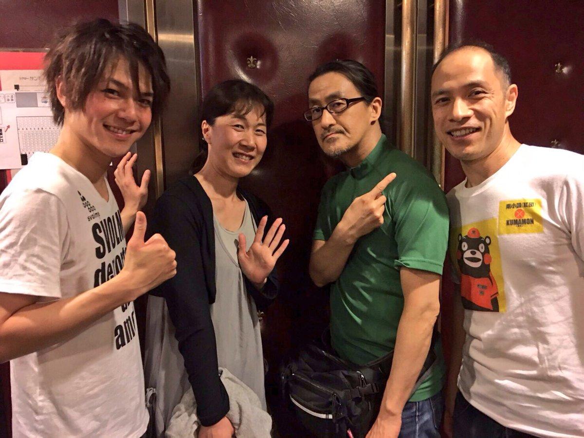 熱闘〜の客席にいらっしゃった粟根さんと出演中の大和さん、そして今回主役のジョーを演じる平野良くんと記念撮影。粟根さんと大和さんと私、実はまだ三人が関西時代に舞台ご一緒したことがある懐かしメンバーでした。沢山お喋り出来て楽しかったー! https://t.co/gKsTd77WWo