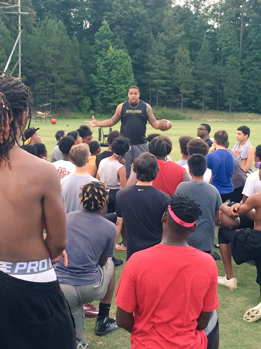 Texans OL @BIG_DADDY_K74 stopped in to share a story with the boys. Always good when former Bulldogs stop by. https://t.co/getW7YlFxL
