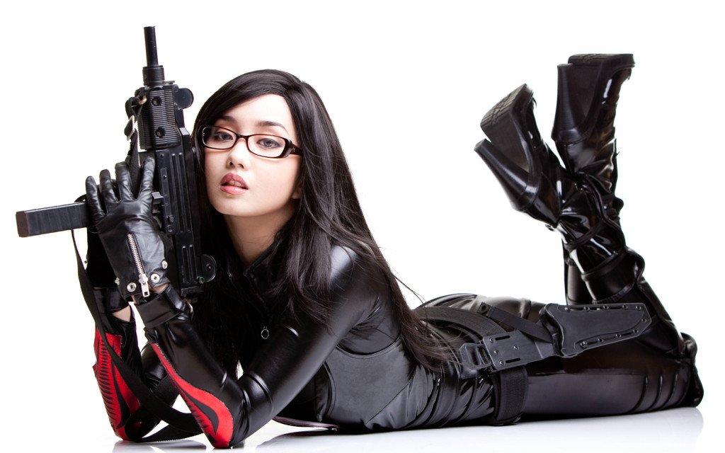 обои на рабочий стол девушки с оружием № 384378 загрузить