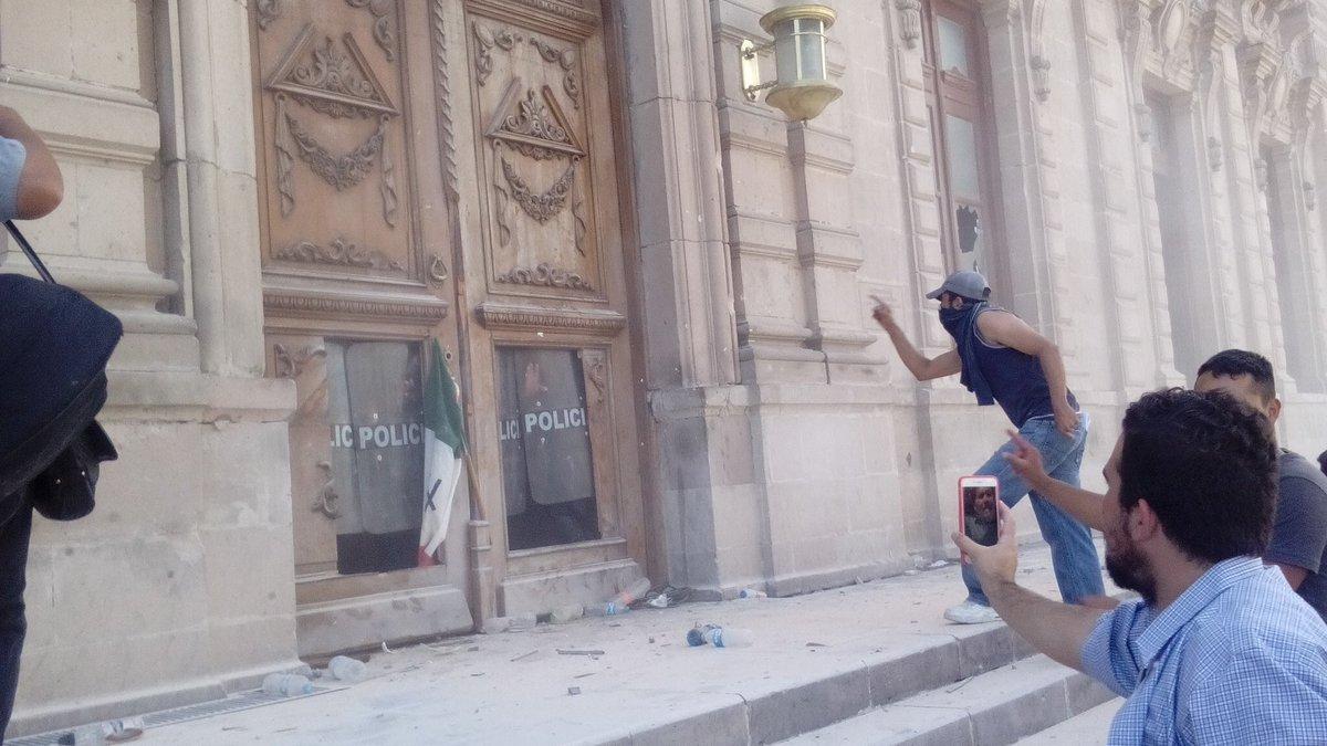 Ciudadanos exigen la renuncia de #Duarte e intentan ingresar al Palacio de Gobierno en #Chihuahua. https://t.co/Ynl8g2UTKC