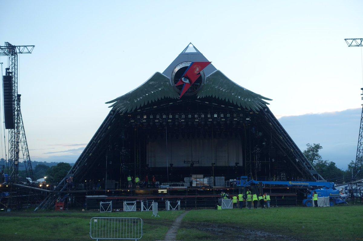 今年のピラミッドステージはボウイ仕様! #グラストンベリー #グラスト https://t.co/yZWuuNGB84