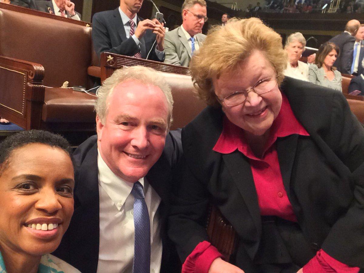On the House floor, this is what #unity looks like. #NoBillNoBreak #NoMoreSilence @ChrisVanHollen @repdonnaedwards https://t.co/uEba7MSyE9