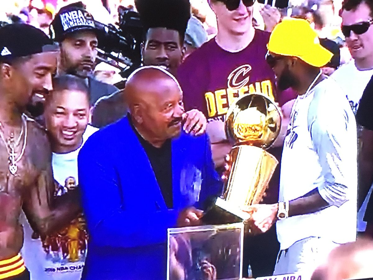 Jim Brown hands Larry O'Brien trophy to LeBron. What a moment for The Land. https://t.co/AGoZcmjoUW