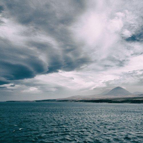 Isle of Jura, from the ferry to Islay [OC] [2000x2000] via... https://t.co/fRenHvHJPJ https://t.co/wX8Grbkwpb