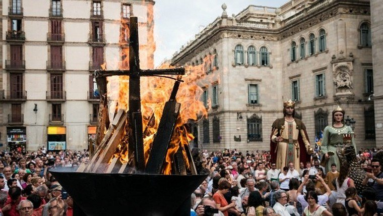 Arribada de la Flama del Canigó a #Barcelona https://t.co/Sd3iZFbM4z @Cultupopularbcn https://t.co/Qgzh6wHf7R