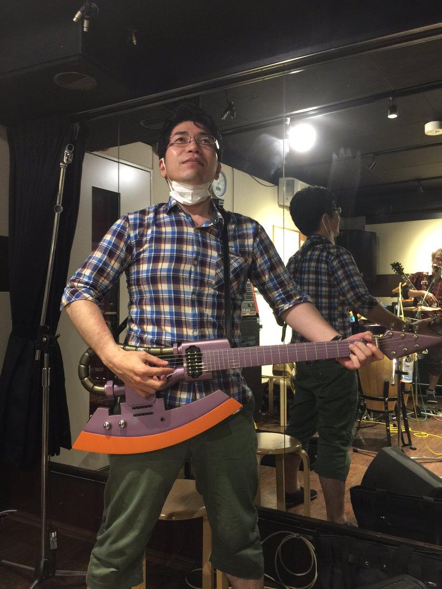 (^ω^)樽さんが樽生の練習じゃないのに遊びにきてザクギター弾いてるw https://t.co/U6U1tOfekB