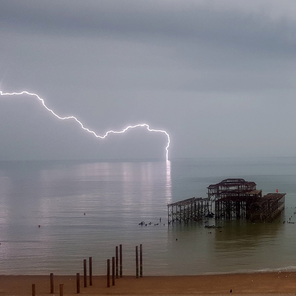 Great picture of last night's lightning close to #Brighton with @WestPierTrust by Damian Andrusiewicz. https://t.co/NzMYYRWEgY