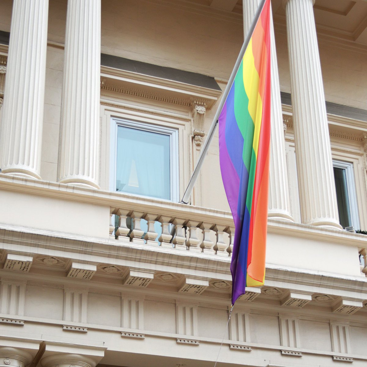 We have a new flag outside #116PallMall today! Championing inclusivity & diversity in business #Pride2016 #LGBTQ https://t.co/aUaLkFZtzG