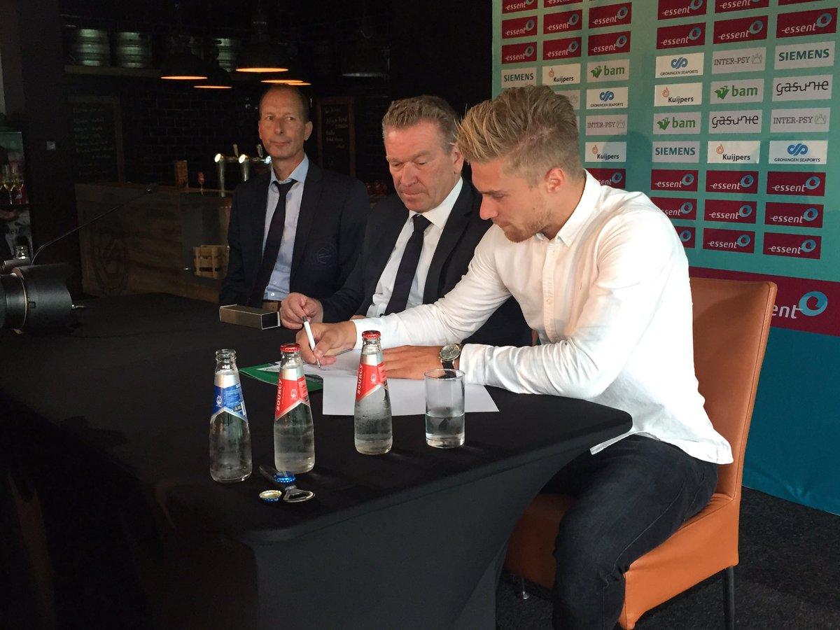 Tom van Weert tekent driejarig contract met FC Groningen en krijgt zijn shirt. https://t.co/zp5vJRmOSg
