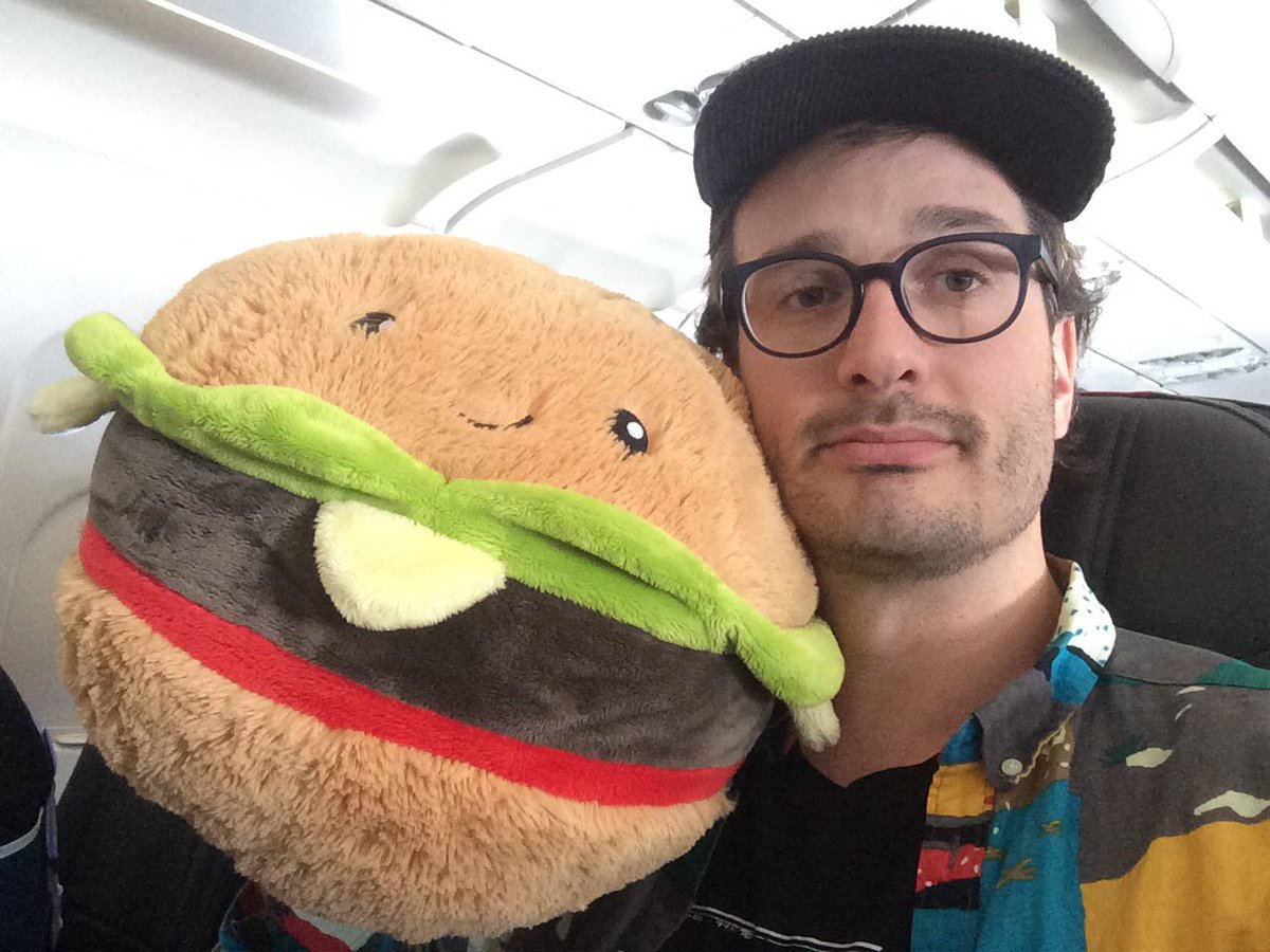 the seatbelt sign is off so the burger agreed to a selfie https://t.co/cplZbXUVFP