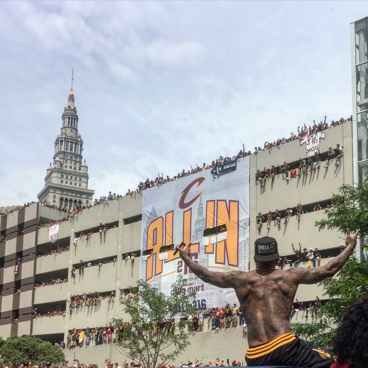 Everyone's posting the LeBron with the Nike banner pic...but this was my favorite of the day. JR & his shirt. https://t.co/f24Y3IR12I
