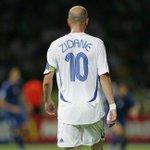 Hoy cumplió Zidane. Mañana cumplen Riquelme y Messi. La pelota siempre al 10. https://t.co/t7yrWDhuau