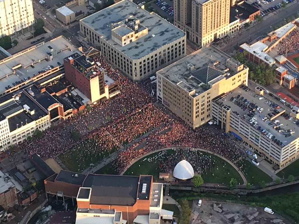 The streets of #akron are ready for @KingJames #welcomehome #hometownhero #LJFF #akronborn #blimpworthy https://t.co/HyyMXkABJ7