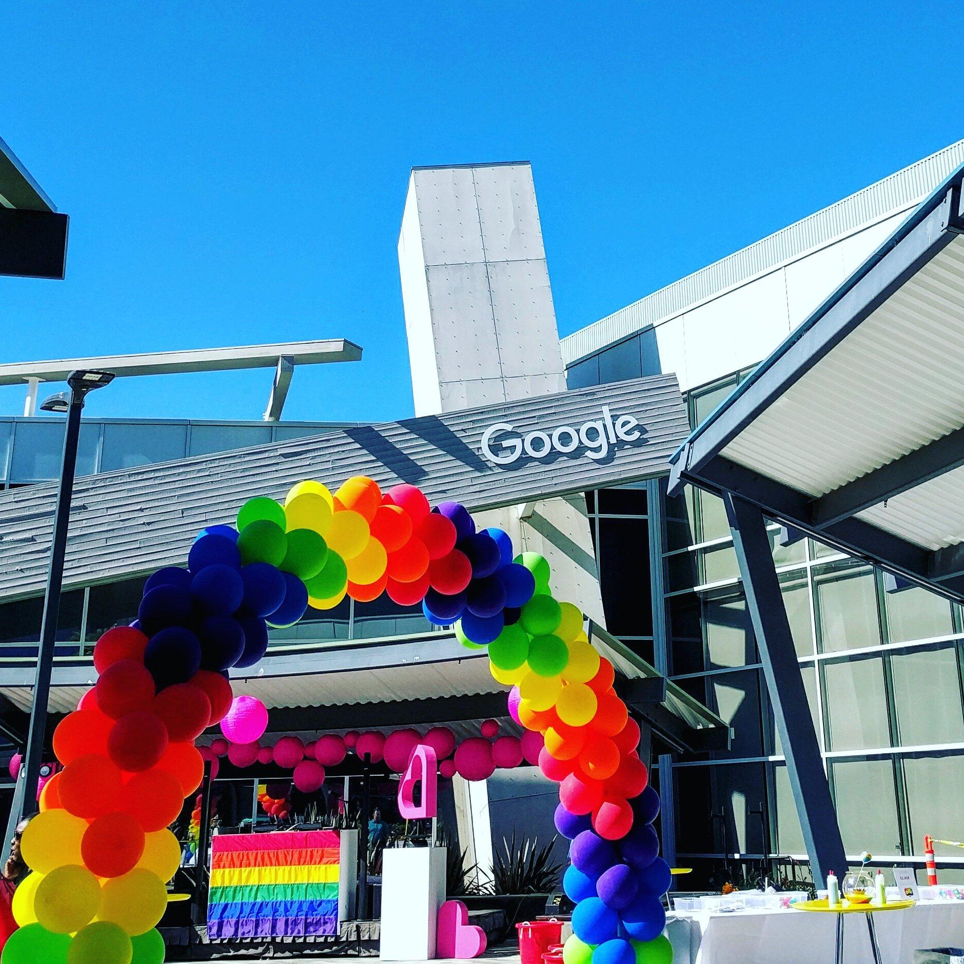 LGBT #PrideMonth 를 기념해서 #구글 캠퍼스가 무지개색으로 장식됨. 인종, 성별, 성정체성 등 다양성을 이렇게 대놓고 존중하는 회사에 다니는게 자랑스러움. https://t.co/ENsLWYVfd3