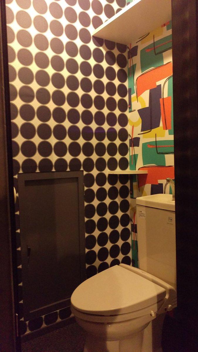 【フラサンのトイレ内装】を新調しました!壁紙は頭悪い感じにしてみました!ドアも新しくしました!明日から通常営業です~。皆さんトイレ入りに来てくださーい。ご来場お待ちしてます! https://t.co/giCyKSNXLF