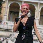 Unamica in rosa sul palco del @SummerFestival! Chi di voi è già in Piazza del Popolo? #CocaColaSummerFestival https://t.co/DIm5X1ic63
