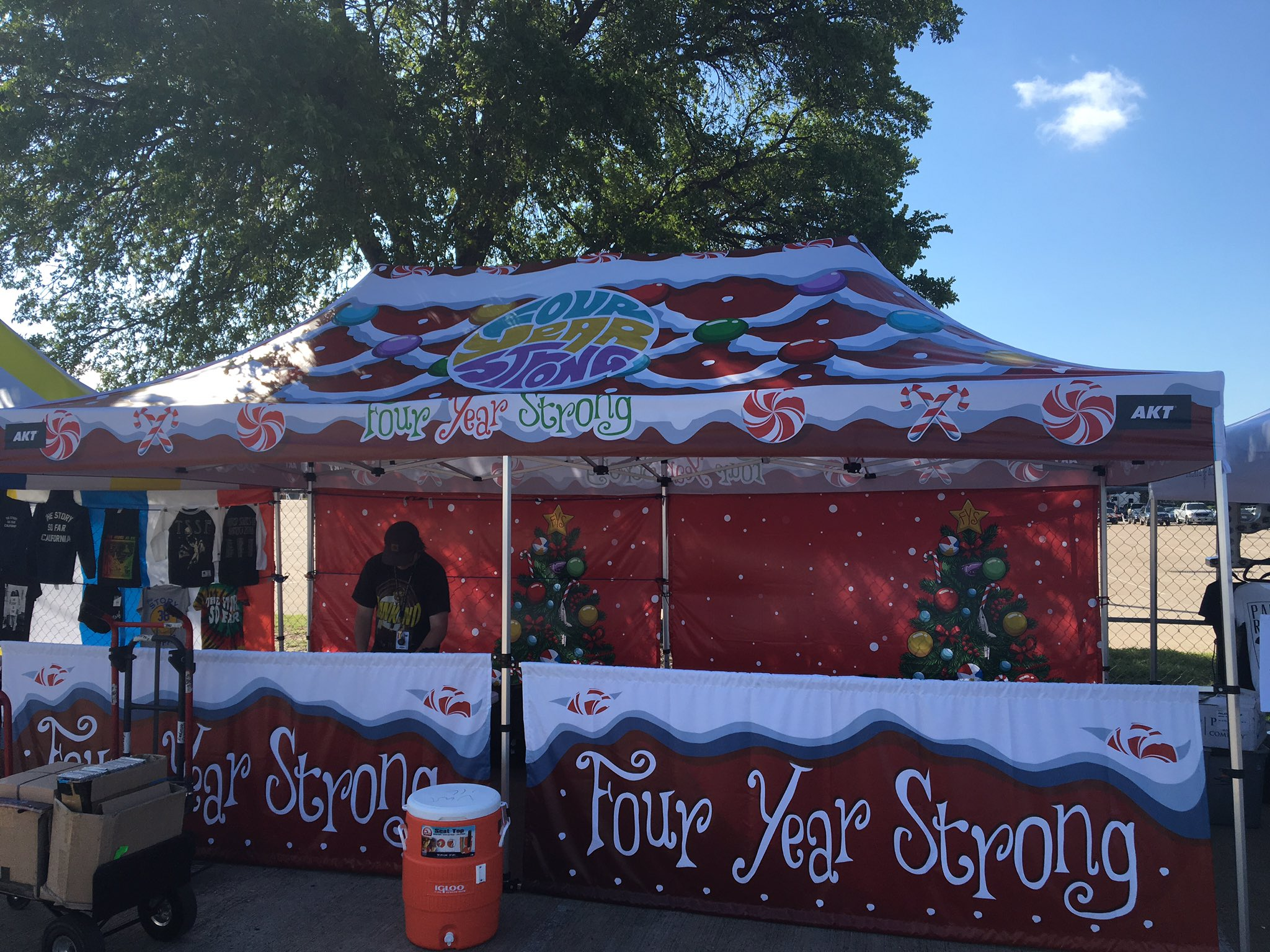 Warped tour....we are here. Just a sampling of our holiday cheer....get ready for a Hawaiian Christmas.... https://t.co/MmiigbhjAp