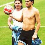LA PELOTA SONRÍE. Hoy cumplen años dos GENIOS que la han tratado como pocos, Lionel Messi (29) & JR Riquelme (38). https://t.co/8Z42tJdtpk