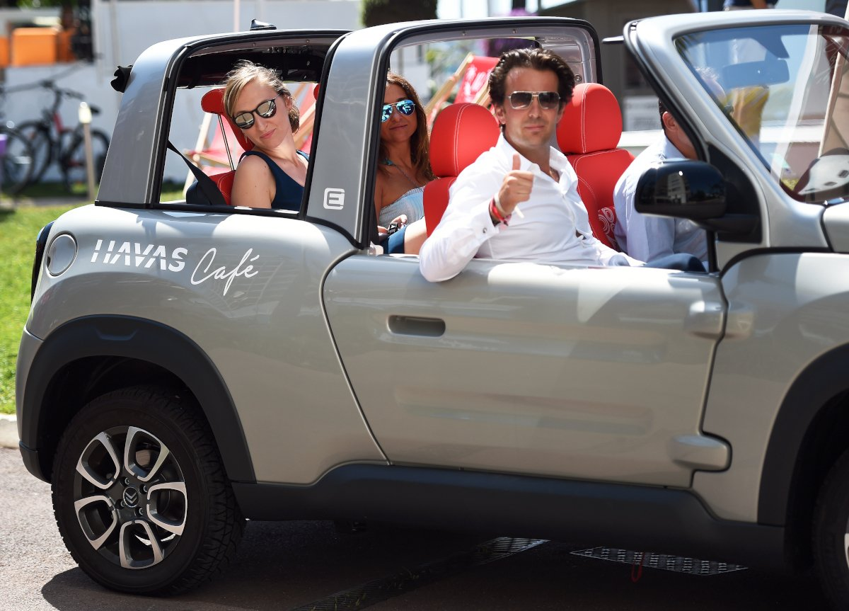 Off to the Palais! @YannickBollore @MarionCaillard + @Lorella_Gessa in the @Citroen #Emehari #HavasCafe #CannesLions https://t.co/9JwOUh0iVB