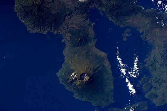 Biggest eruption in recorded history in 1815. My picture of the Tambora, Sumbawa, Indonesia  from ISS https://t.co/ECMTPRbJdu